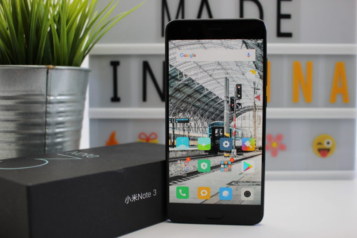 Das Design des Xiaomi Mi Note 3 Smartphones mit Verpackung