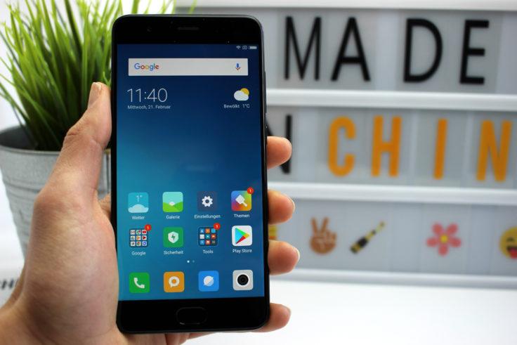 Das Xiaomi Mi Note 3 Smartphone in einer Hand