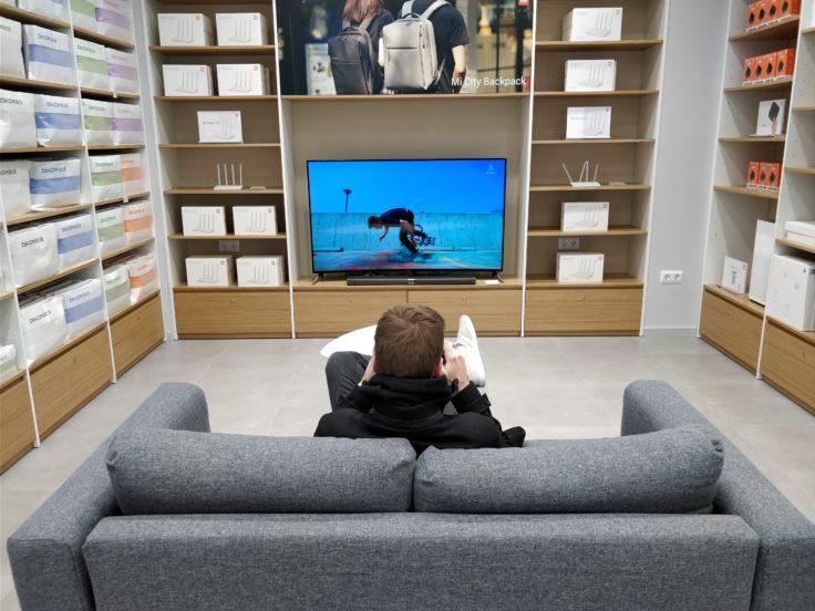 Xiaomi Store in Barcelona Fernseher und Sofa