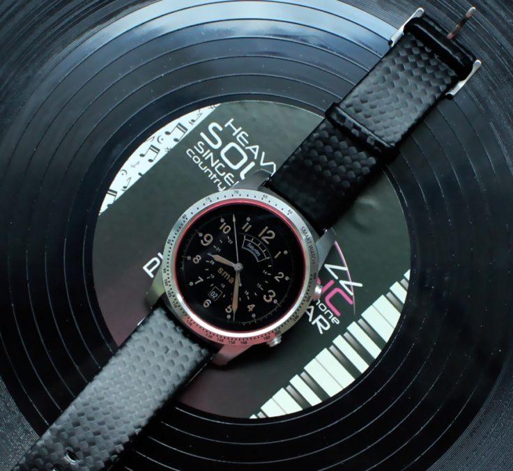 Die AllCall W1 Smartwatch auf einer Schallplatte