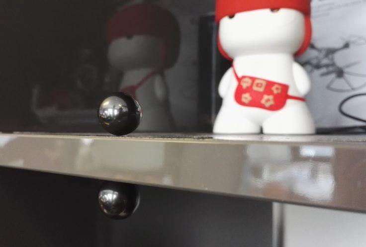 2 Magnet Kugeln im Regal vor Xiaomi Speaker