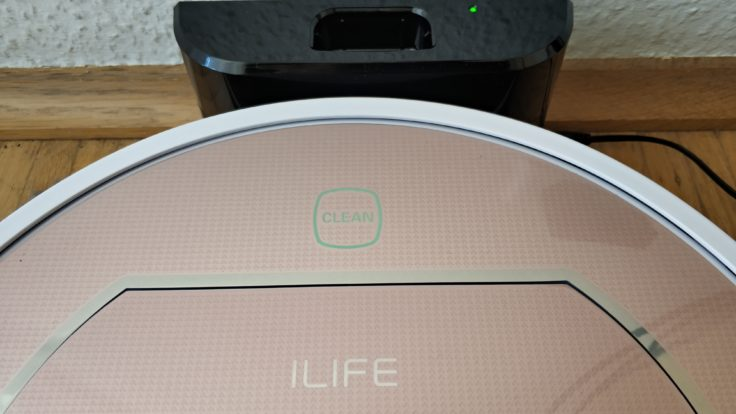 ILIFE V7S Plus Saugroboter an Ladestation