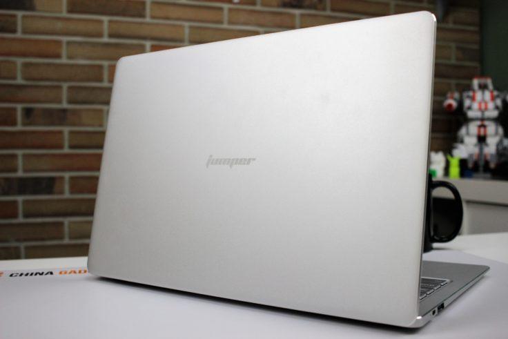 Jumper EZBook X4 Display Rückseite mit Logo
