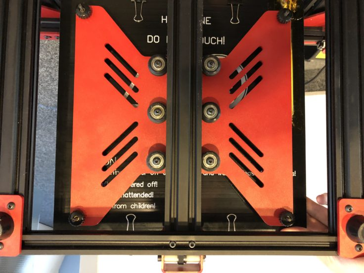 Das Heizbett wird auf 6 Rollen geführt. 3 davon fixieren es mit Exzenter-Hülsen.