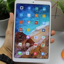 Xiaomi Mi Pad 4 in Hand