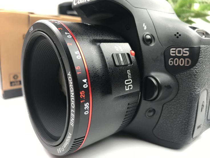 YONGNUO 50mm F/1.8 Objektiv an Kamera