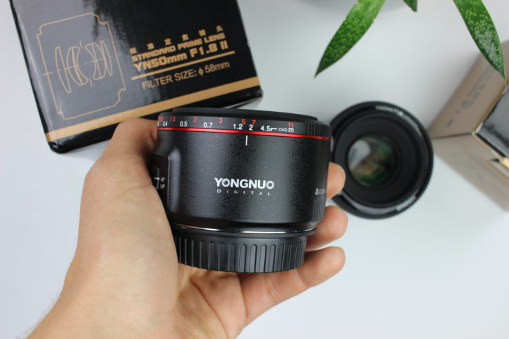 YONGNUO 50mm F/1.8 Objektiv in Hand