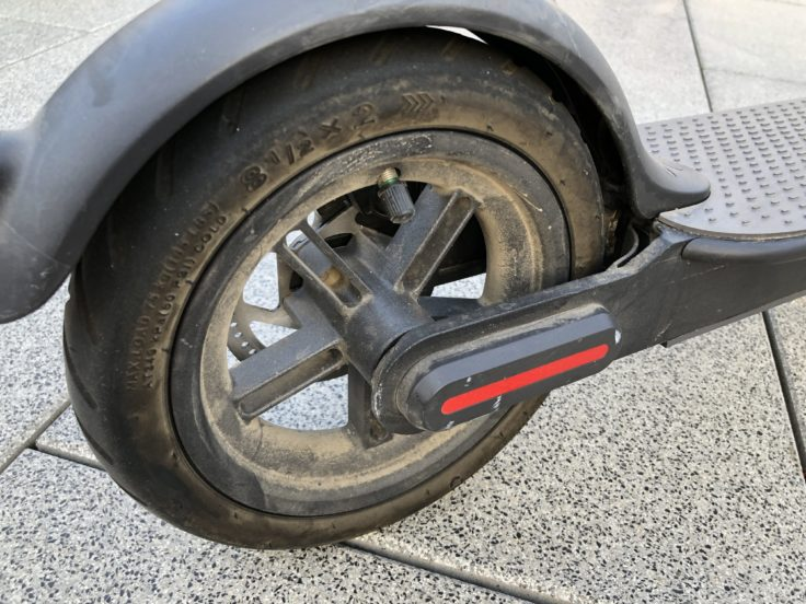 Die alten luftgefüllten Reifen des M365. Komfortabler, aber Plattfußgefährdet.