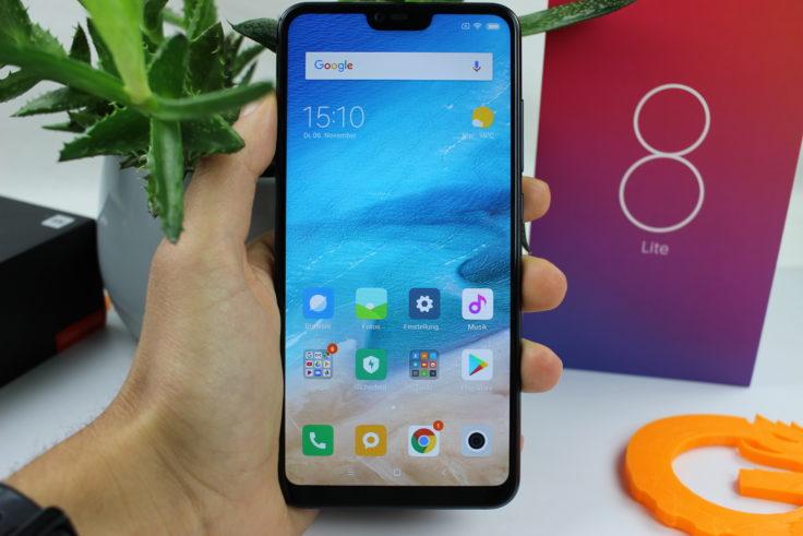 Xiaomi Mi 8 Lite in Hand