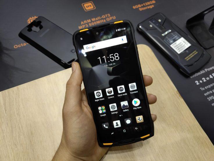 Doogee S90 Smartphone in Hand MWC