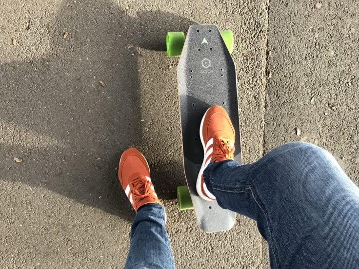 ACTON X1 Skateboard stehen