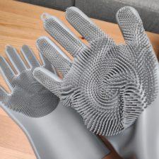 Silikon Geschirrspül-Handschuhe angezogen