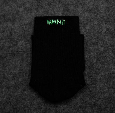 "Leuchtende Socke mit ""Damn It"" Schriftzug."