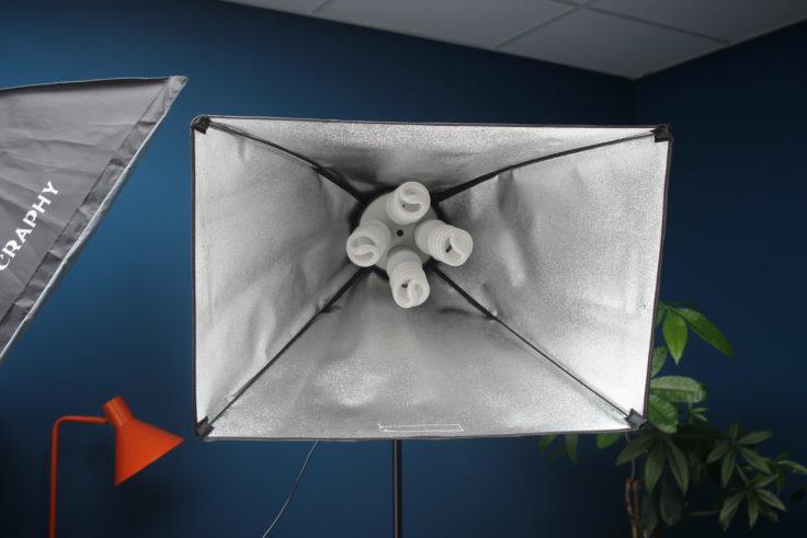 Aufgebaute Craphy Softbox mit allen vier Lampen in der Fassung.