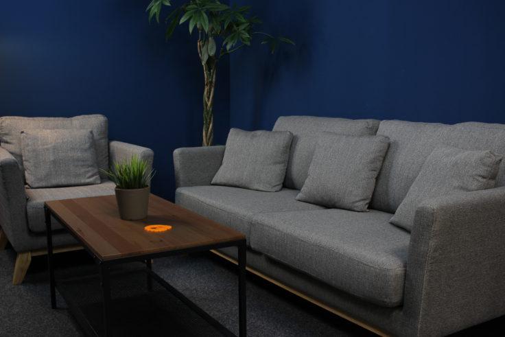 Zimmer mit Sofa und Sessel belichtet von der alten Craphy Softbox.