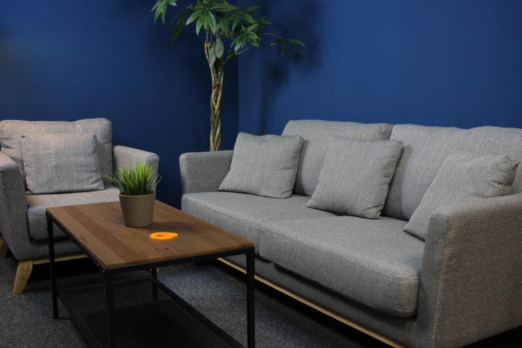 RAum mit Sofa und Sessel heller erleuchtet als vorherige Bild durch die neue Softbox