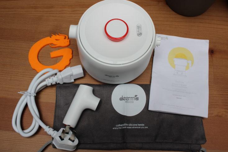 Deerma faltbarer Wasserkocher Lieferumfang mit einem Beutel, Kabel und Henkel, Wasserkocher zusammengefaltet.