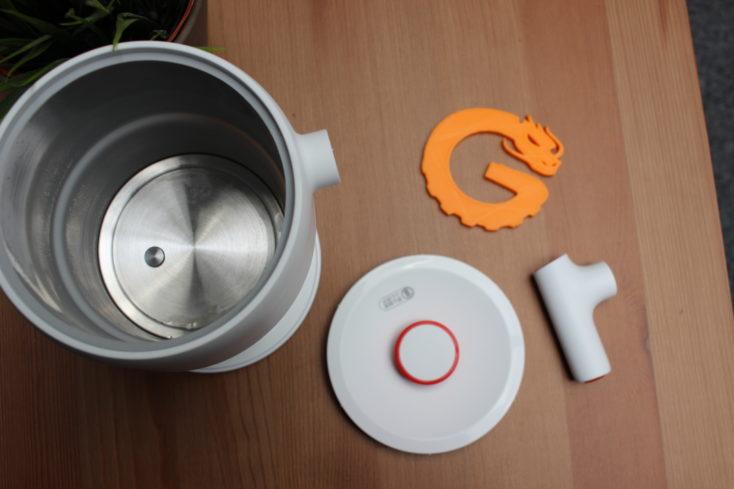Deerma faltbarer Wasserkocher ausgefaltet und Deckel ab.