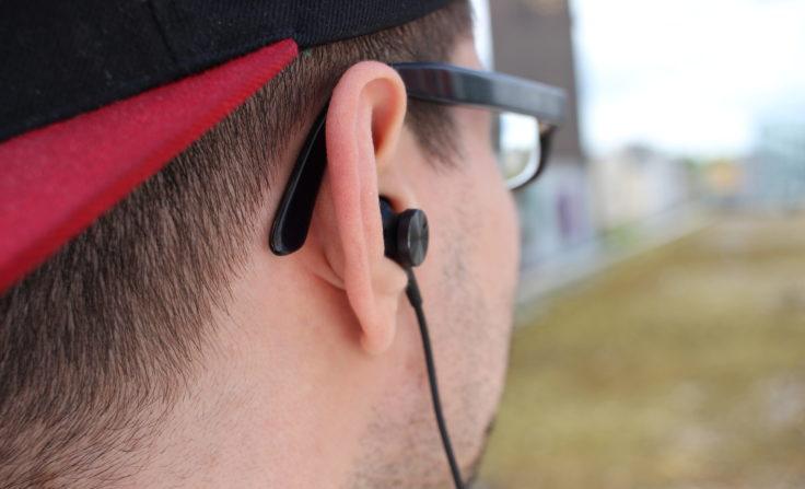 Huawei ANC Earphones 3 sitzt gut in einem Ohr.