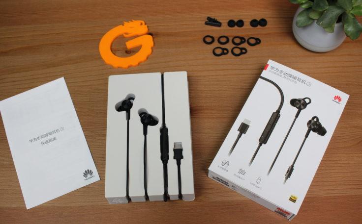 Huawei ANC Earphones 3 haben drei verschiedene Ohrpolster, 4 verschiedene Ohrmuschelhalter, einen Clip zum befestigen am T-Shirt und eine chinesische Bedienungsanleitung.