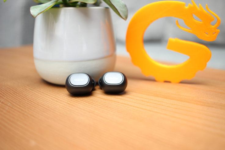 Die QCY T1 In-Ears sind mit ihrer schwarzen Farbe sehr einfach gehalten.