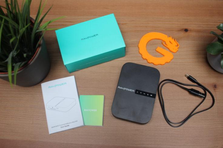 Der RAVPower Filehub Router kommt mit einer englischen Anleitung einem Support-Blatt mit der Hotline Rufnummer und einem USB-Ladekabel.