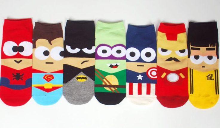 Die Superheldensocken mit vielen verschiedenen Superhelden.