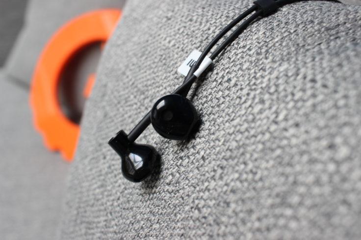 Xiaomi Bluetooth Half In-Ears liegen auf grauen Kissen.