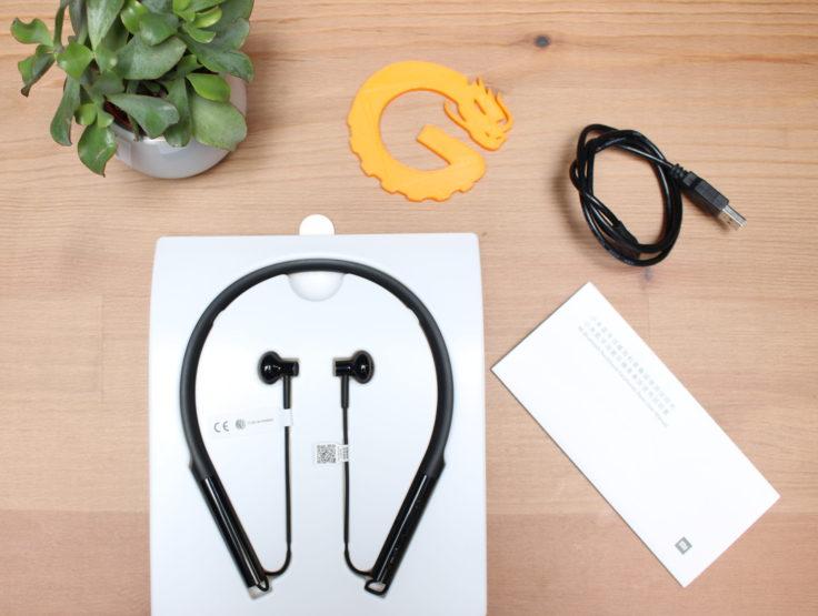 Lieferumfang der Xiaomi Bluetooth Kragen In-Ear, ein MicroUSB-Kabel, die englische Anleitung