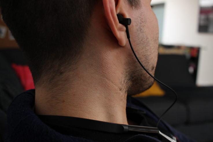 Seitlicher Blick auf die Half In-Ears, während sie getragen werden.