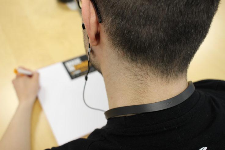 Gummi-Kragen der Half In-Ears um den Nacken.