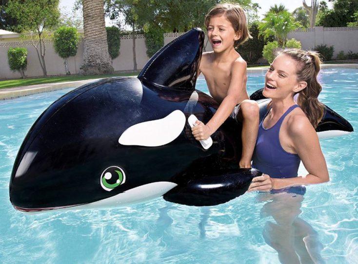 Aufblasbarer Wal im Pool