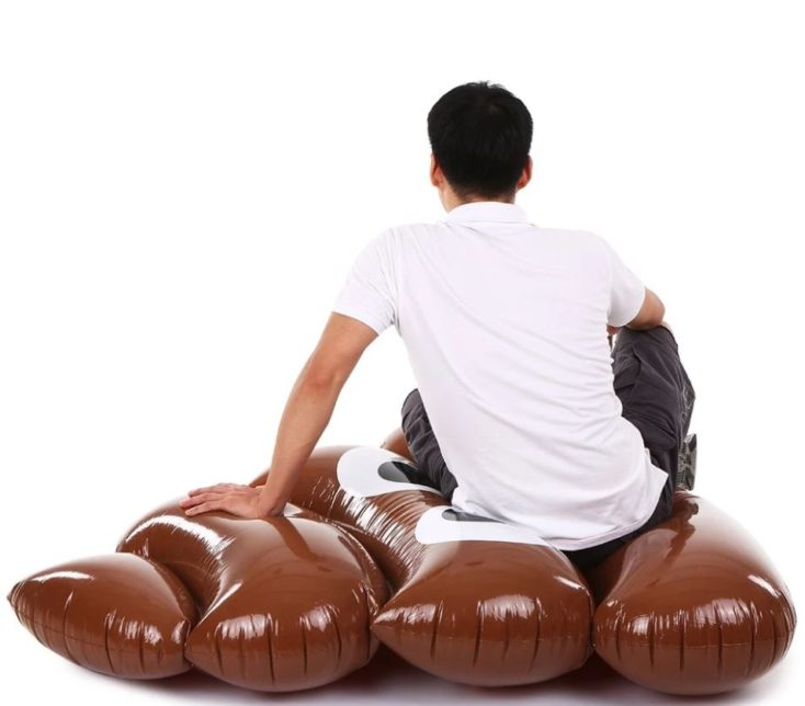 Haufen Luftmatratze Person sitzt auf der Matratze