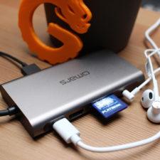 Omars USB-C Multiport Hub mit angeschlossenen Kabeln.