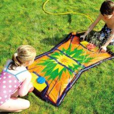 Wasser-Hockey Matte in Benutzung von zwei Kindern. Spielen mit Schlägern und Puck.