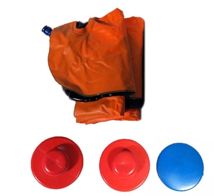 Gefaltete Wasser-Hockey Matte, den zwei Schlägern und einem Puck.