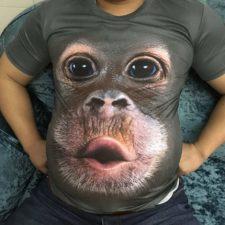 Affiges T-Shirt angezogen auf Sofa