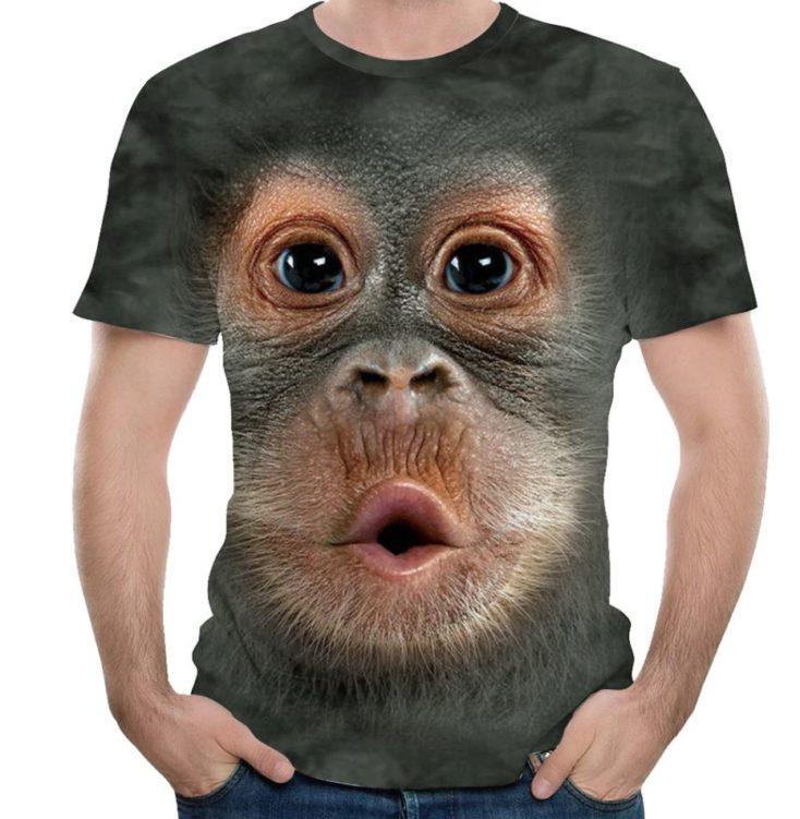 Affiges T-Shirt im Stehen angezogen
