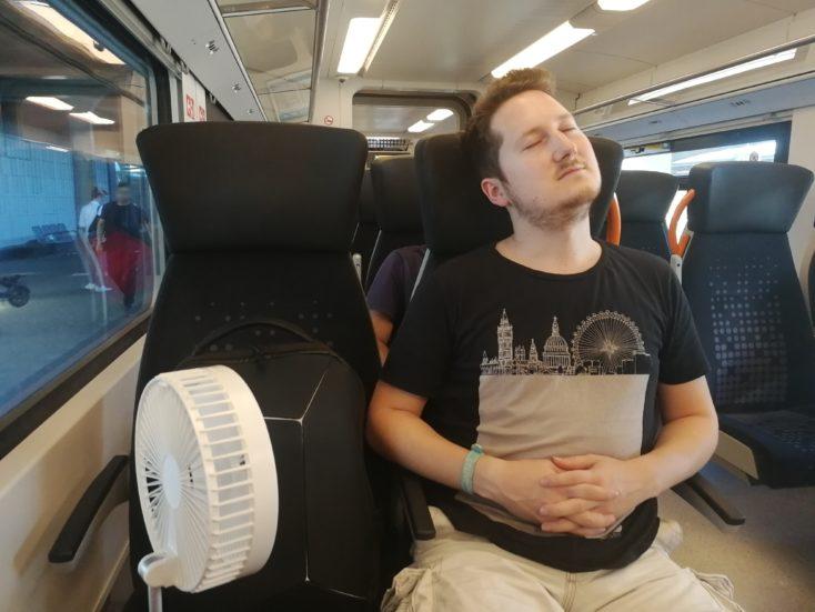 BlitzWolf BW-FUN1 Ventilator im Zug