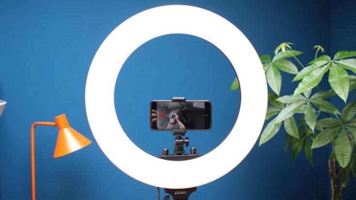 Craphy Ringlicht, angeschaltet mit Handy montiert