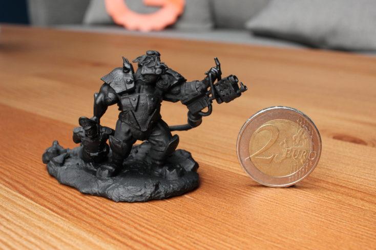 ELEGOO Mars Ork Print grundiert neben 2 Euro-Münze