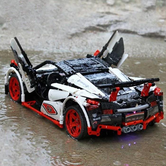 MOC 8867 Klemmbaustein-Auto Heckansicht mit offenen Flügeltüren
