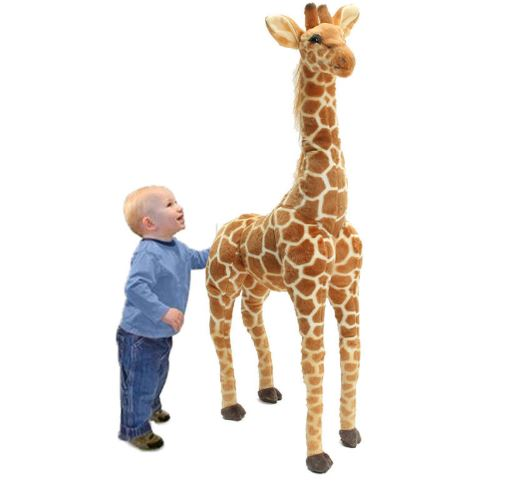 Kind Hand in Po der Giraffe