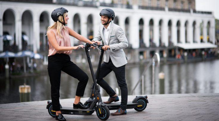 MAX G30D Paar mit Scooter und Helm