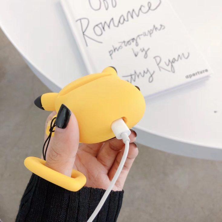 Pikachu Cade von unten mit Ladekabel