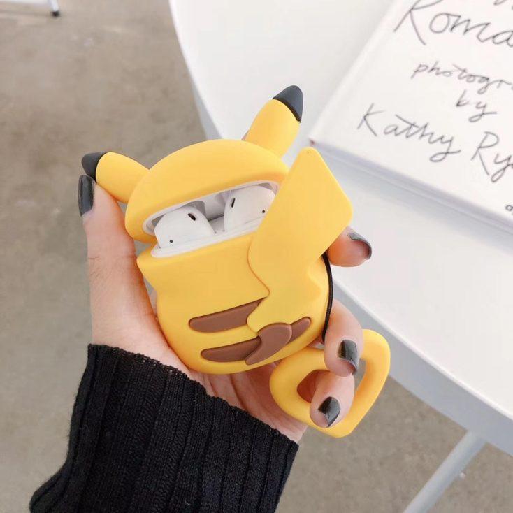 Pikachu Case geöffnet in der Hand