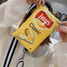 Chips Handtasche vor Kopf