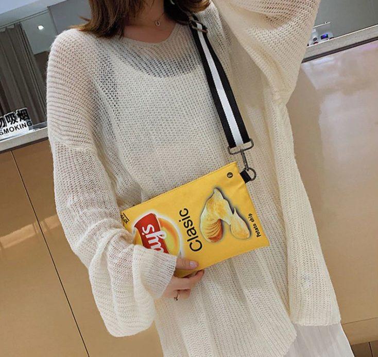Chips Handtasche über der Schulter