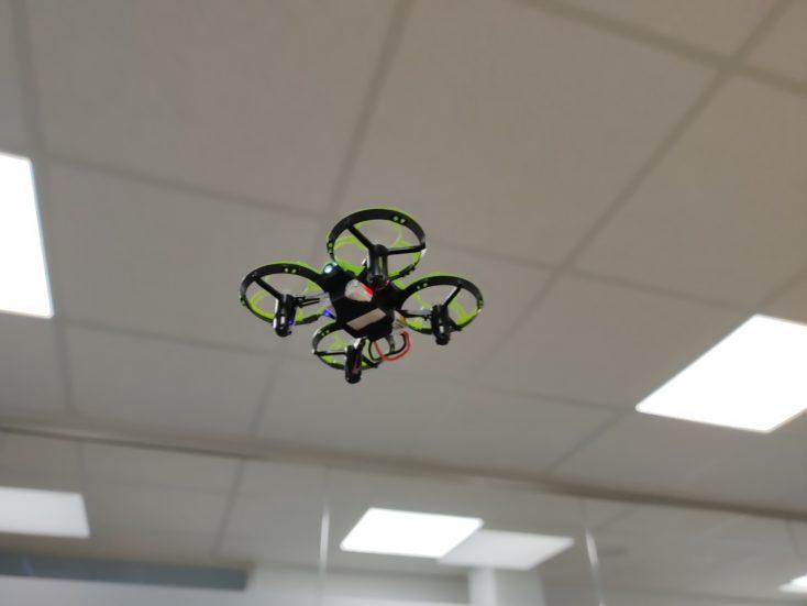 Eachine E016H Mini-Drohne im Flug (indoor) von unten fotografiert