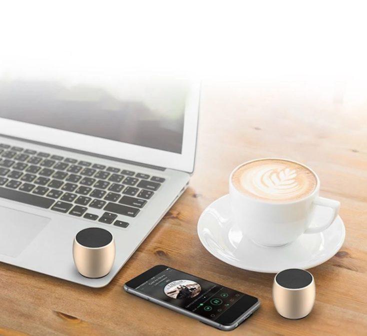 SARDiNE wireless Speaker auf Tisch.